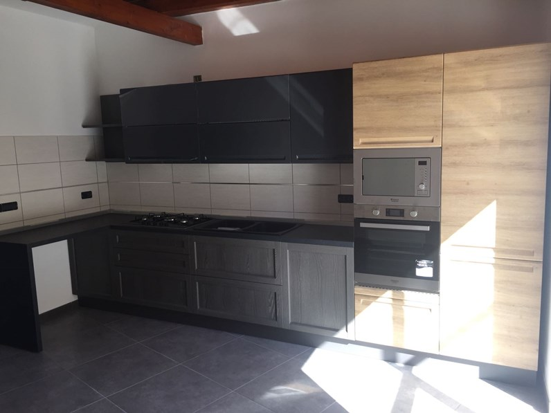Cucina moderna con piano penisola offerta outlet in for Cucine moderne scure