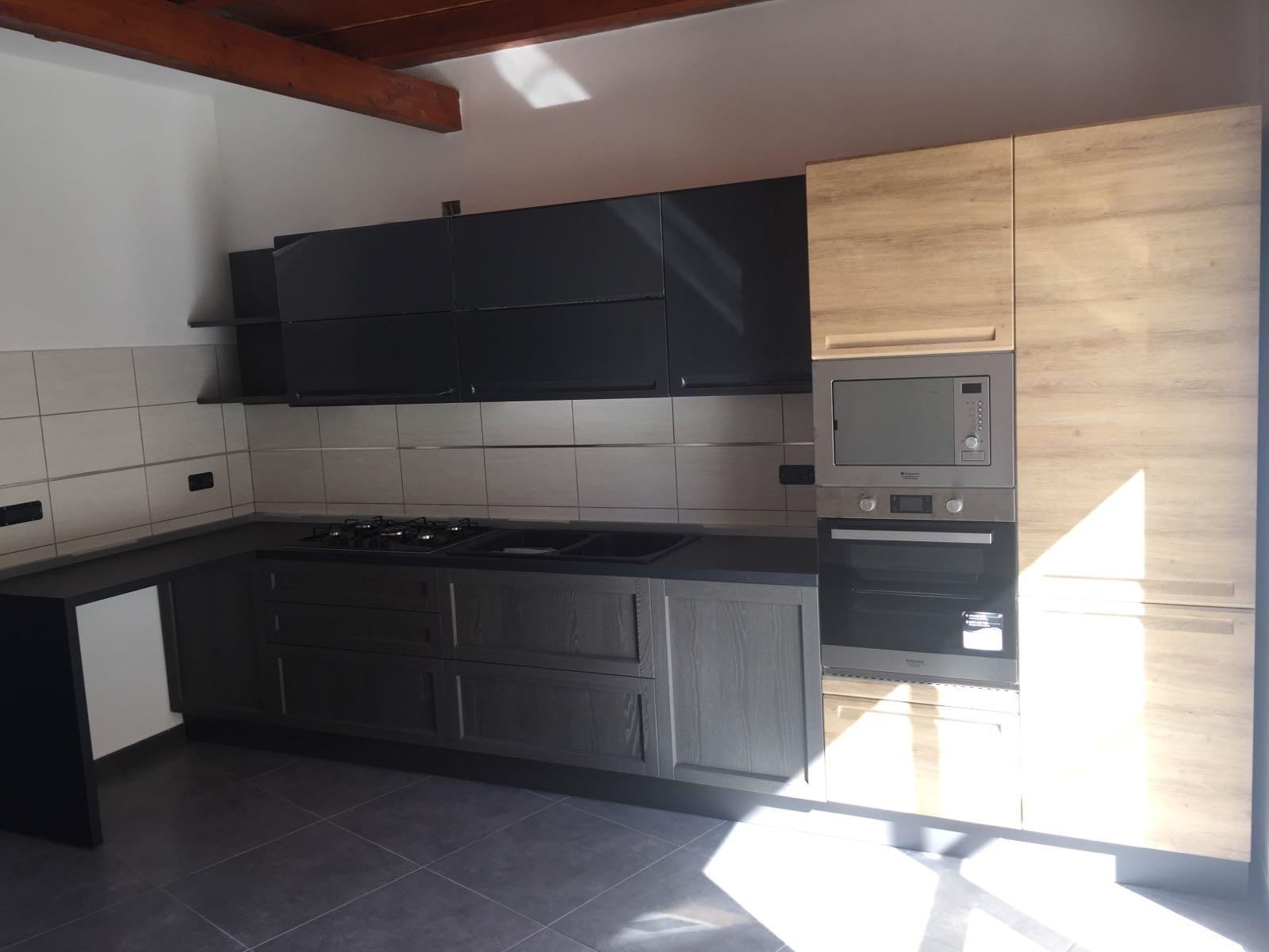 cucina moderna con piano penisola offerta outlet in essenza grigio e ...