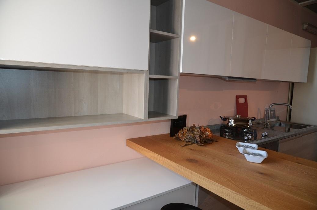 Cucina lineare con piano top in pietra di luserna cucine - Top cucina moderna ...