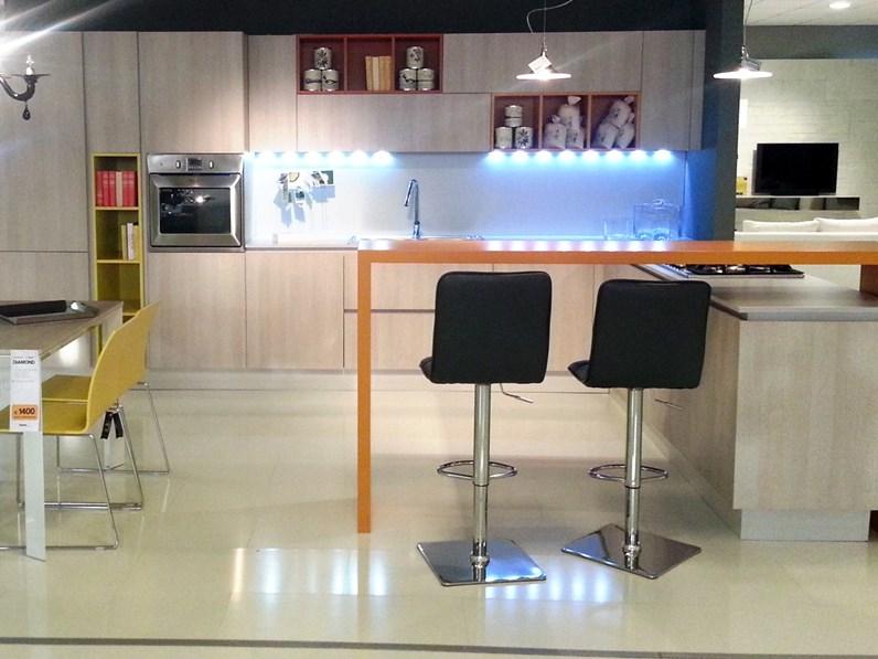 Cucina moderna grafy in rovere materico e pensili colorati for Visma arredo prezzi