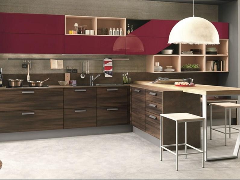 cucina moderna in essenza olmo dark compresa di soggiorno integrato e  pensili laccati red a trapezio di design in offerta bloccata solo x mese  APRILE ...