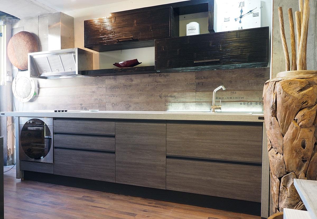 Elegant pensili cucina legno grezzo ikea cucina moderna industrial con gola brown alluminio e in - Cucine legno grezzo ...