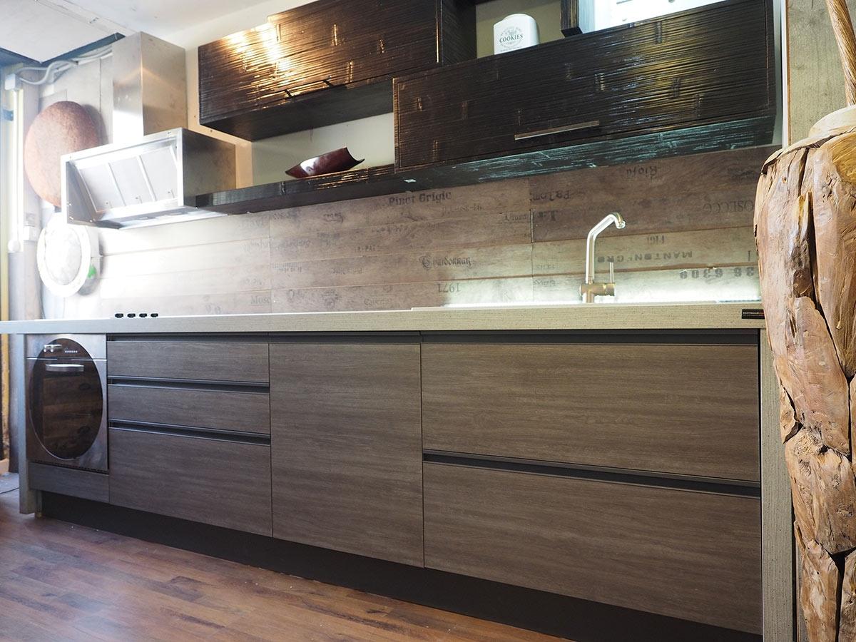 Cucina moderna industrial con gola brown alluminio e in - Cucina moderna laccata ...
