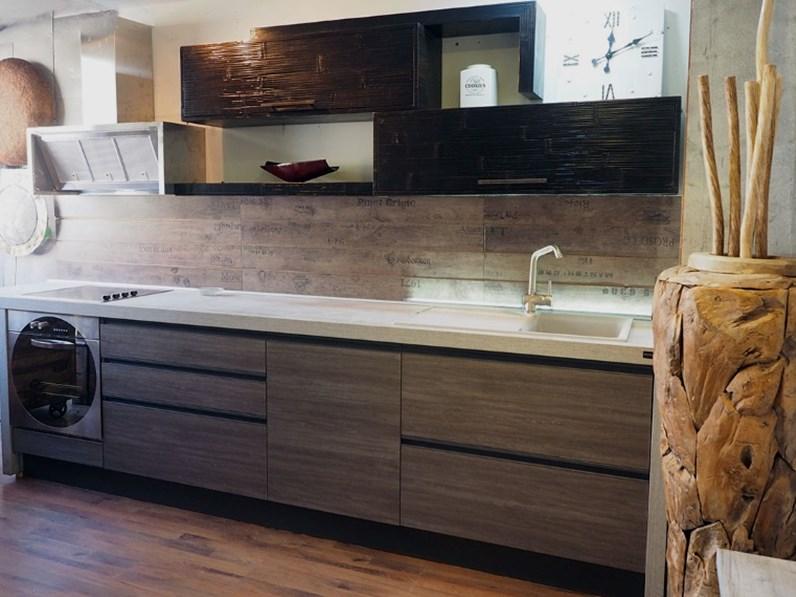 Cucina moderna industrial con gola titanio e crash bambu for Cappa cucina moderna