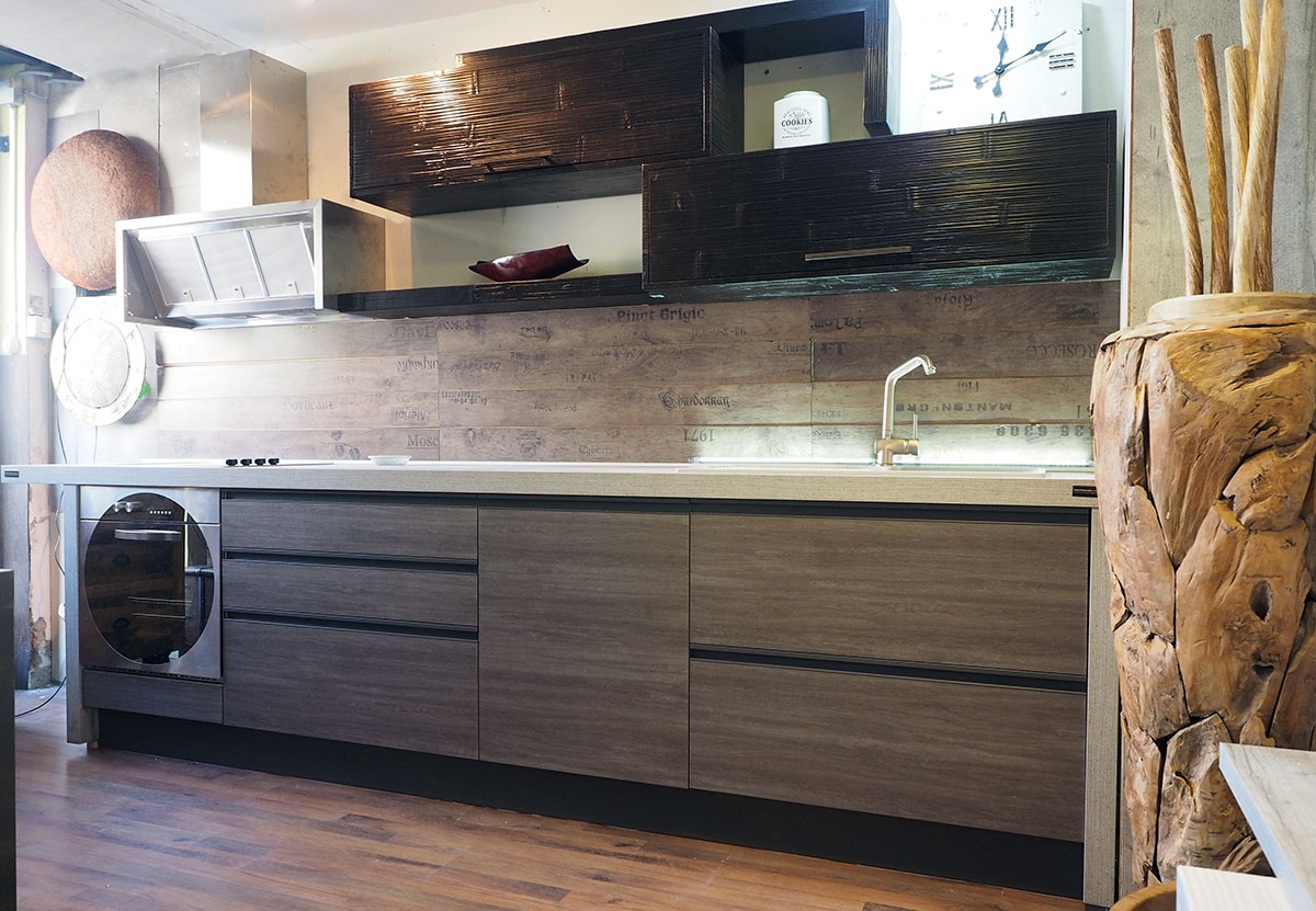 Cucina moderna industrial con gola titanio e crash bambu - Mensole cucina moderna ...