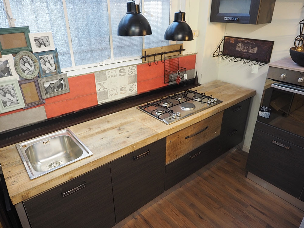 Cucina moderna industrial con top legno massello completa - Cucina bianca e legno naturale ...