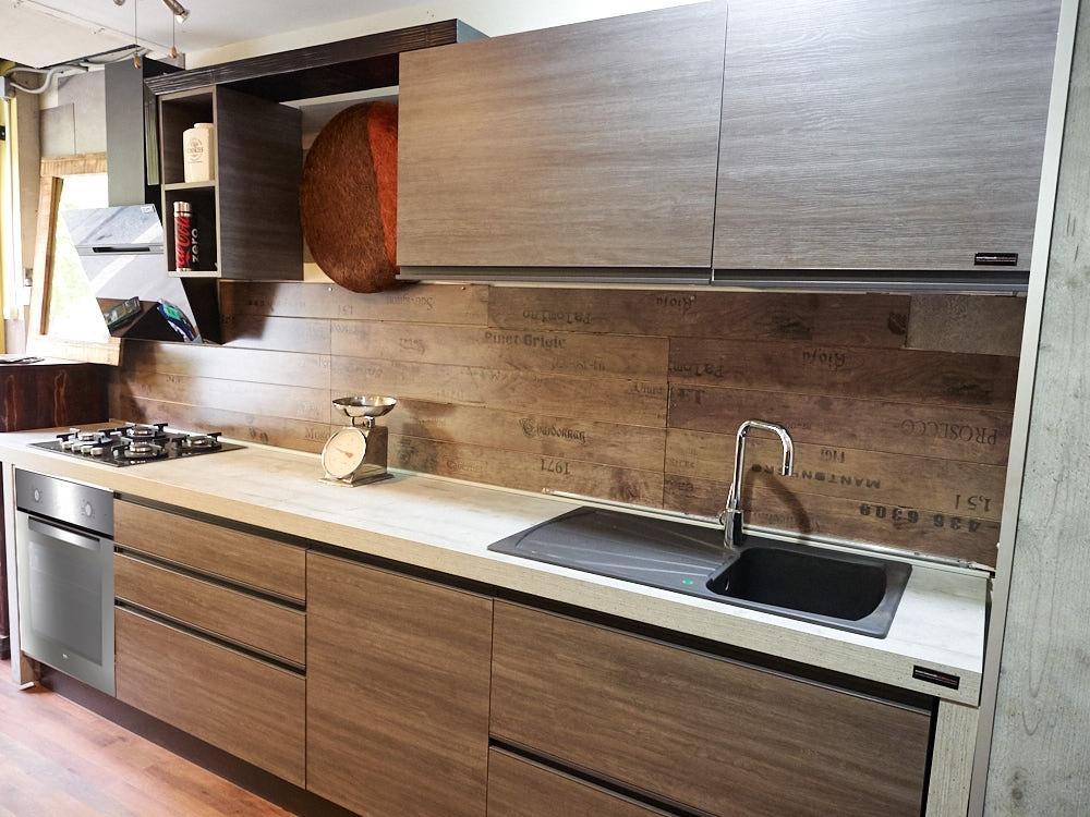 cucina moderna industrial grigia con maniglia integrata titanio in ...