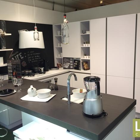 Foto Cucina Bianca Moderna E Pavimento Di Legno Pictures to pin on ...