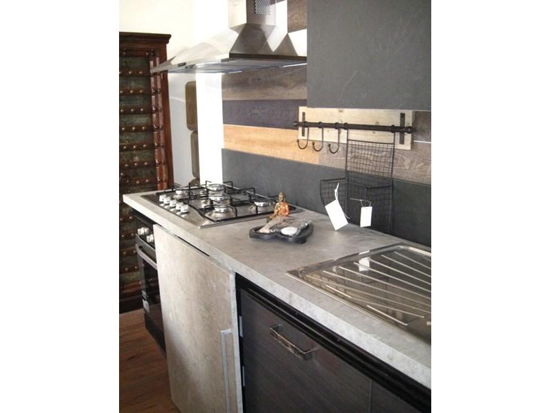 cucina moderna linea industrial con anta scorrevole top cemento essenza  stone