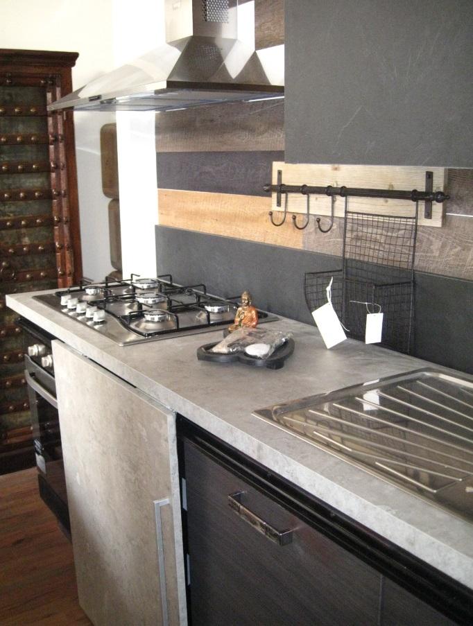 Cucina moderna linea industrial con anta scorrevole top cemento ...