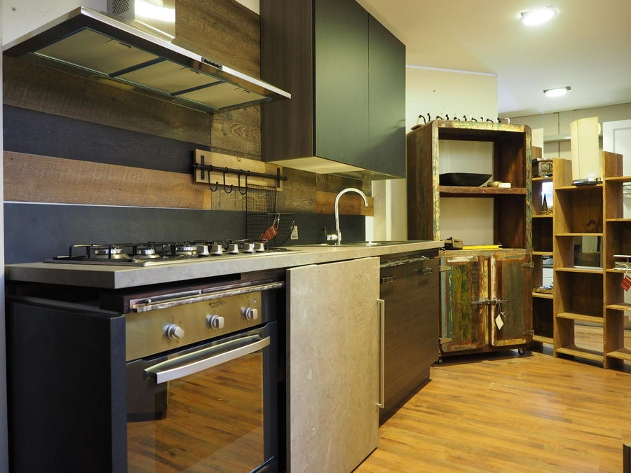 Cucina moderna linea industrial con anta scorrevole top - Top cucina in cemento ...
