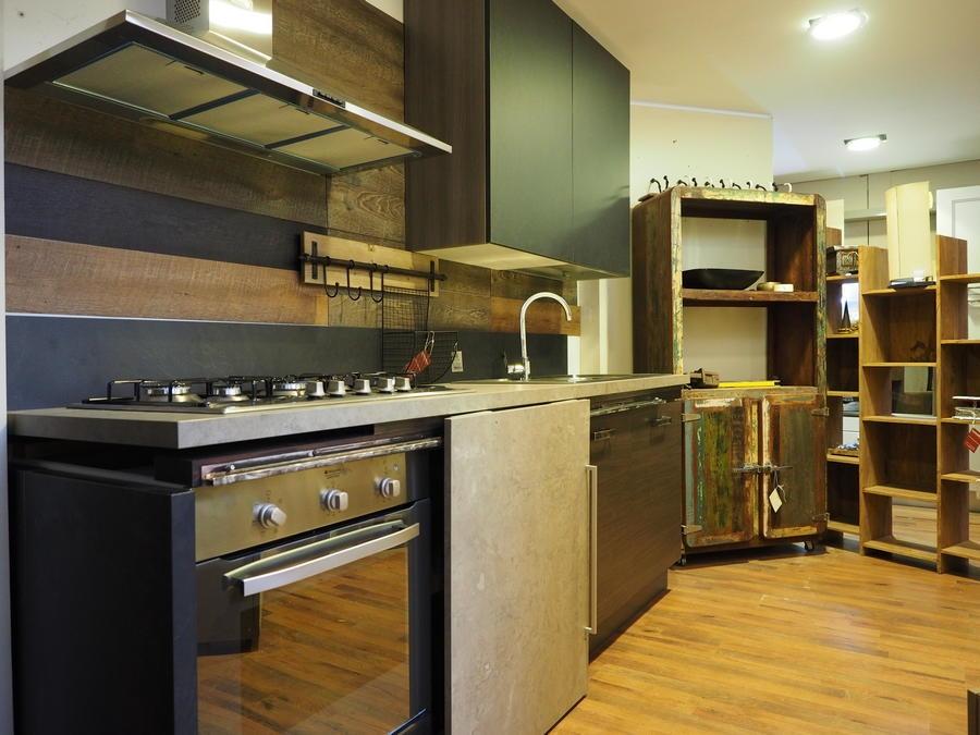 Cucina moderna linea industrial con anta scorrevole top cemento essenza stone cucine a prezzi - Top cucina moderna ...