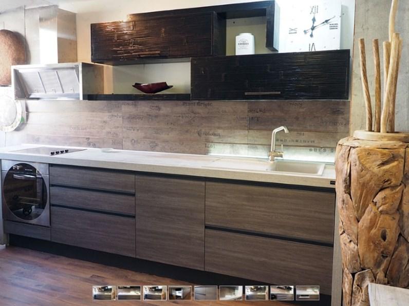 cucina moderna linea industrial in grigio e crash bambu noce in offerta  super scontata
