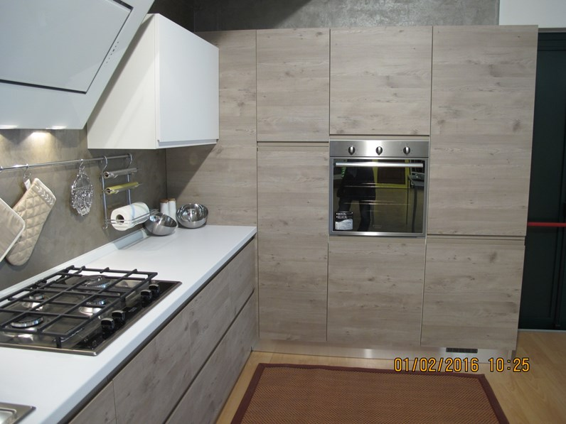Cucina finitura effetto legno con dispensa ad angolo, sconto del 59%