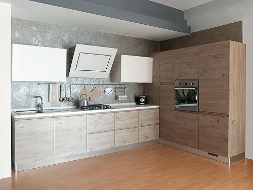 Cucina finitura effetto legno con dispensa ad angolo ...