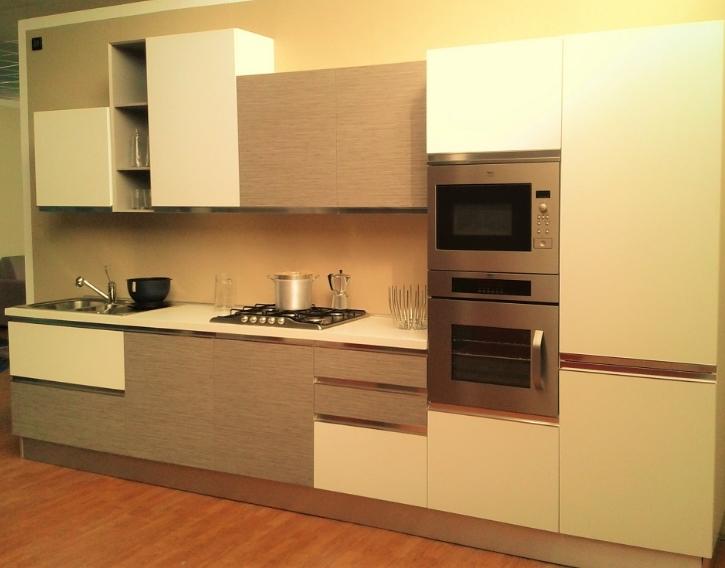 Cucina moderna lineare completa di elettrodomestici ...