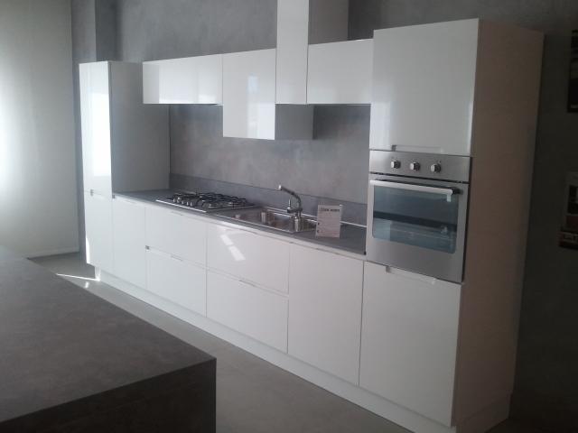 Cucina moderna lucida cucine a prezzi scontati for Cucina moderna bianca lucida