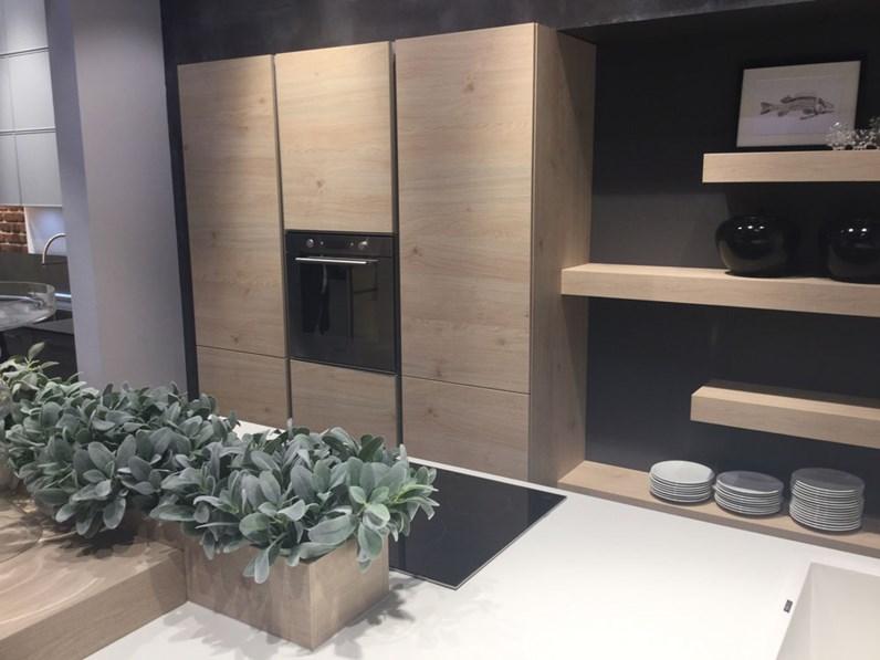Cucina moderna Nolte con isola bianca opaca e legno scontata del 59%