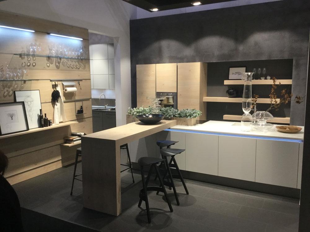 Cucina moderna nolte con isola bianca opaca e legno - Cucina bianca e legno naturale ...