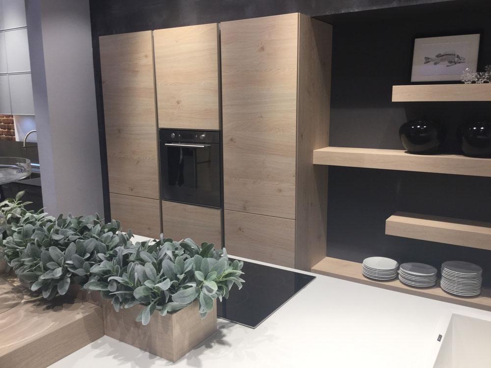Cucina moderna nolte con isola bianca opaca e legno for Isola cucina moderna