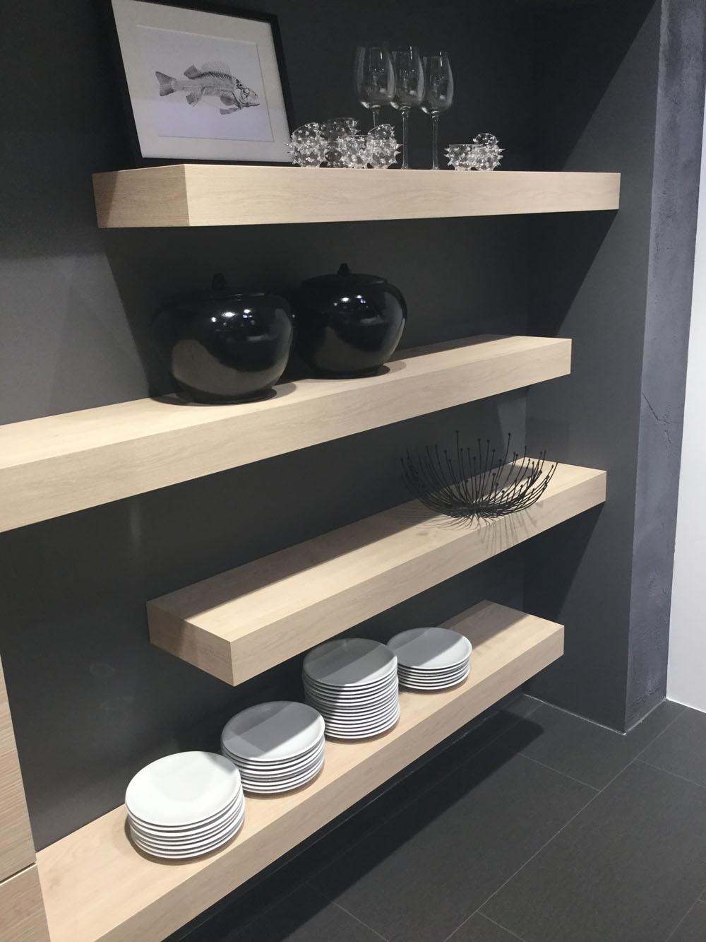 Cucina moderna nolte con isola bianca opaca e legno for Cucina nera opaca