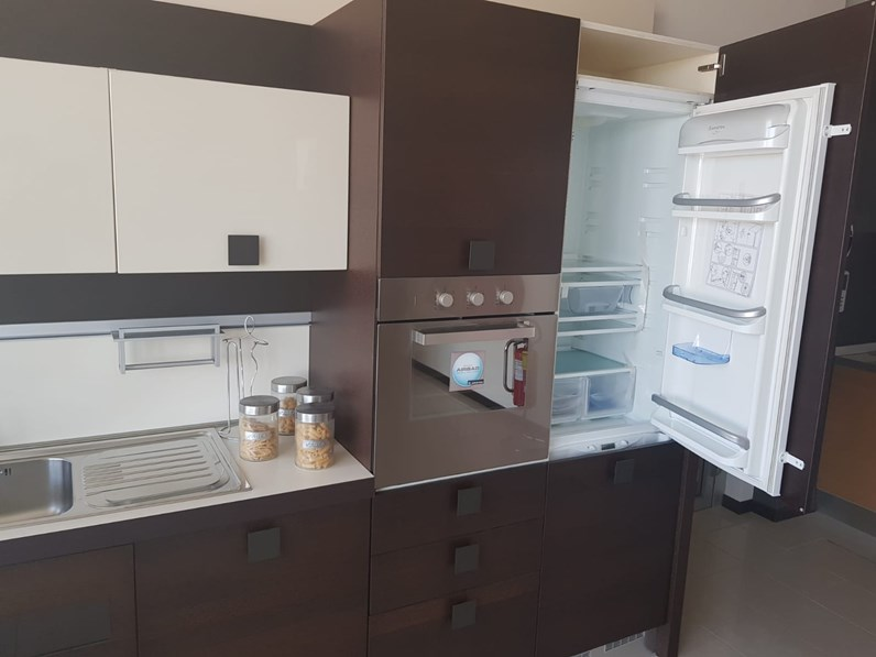 Arredamento Cucina Moderna Con Isola.Cucina Moderna Rovere Moro Arredo3 Con Penisola Kora In Essenza Wenge Scontata