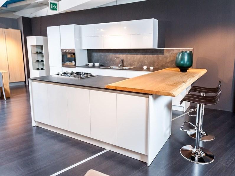 Cucina Moderna Bianca Con Top Grigio.Cucina Moderna Siry Bianca Ad Isola Con Top Nero E Snack Rovere Scortecciato In Offerta Outlet