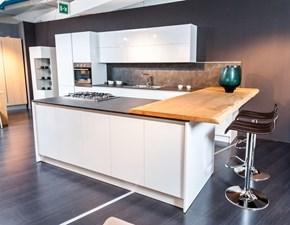 Cucina moderna Siry bianca ad isola con top nero e snack rovere scortecciato in Offerta Outlet