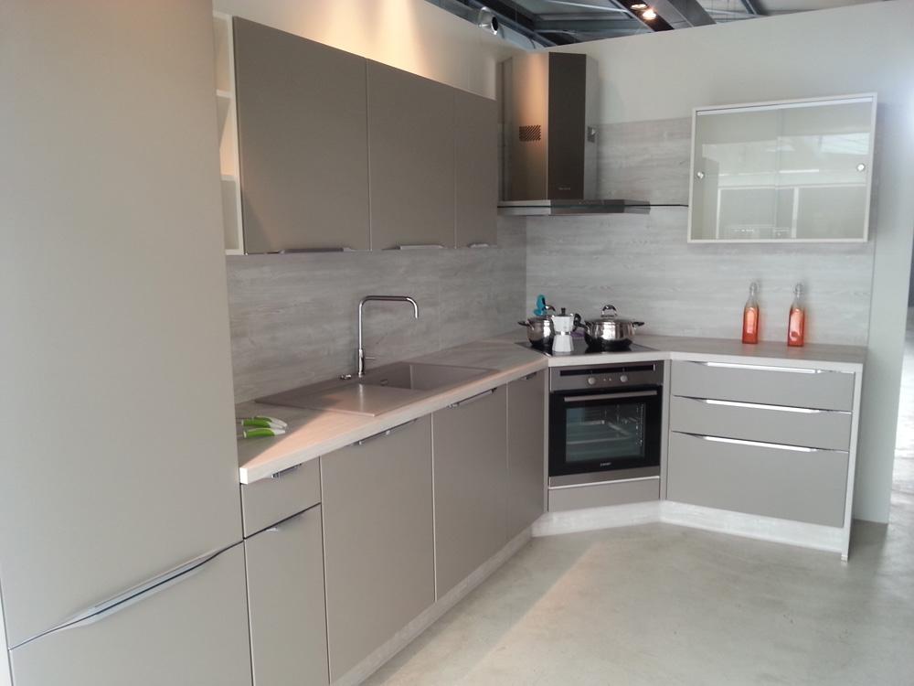 Cucine angolari piccole cucina in muratura con frigo ad for Cucine componibili ad angolo prezzi