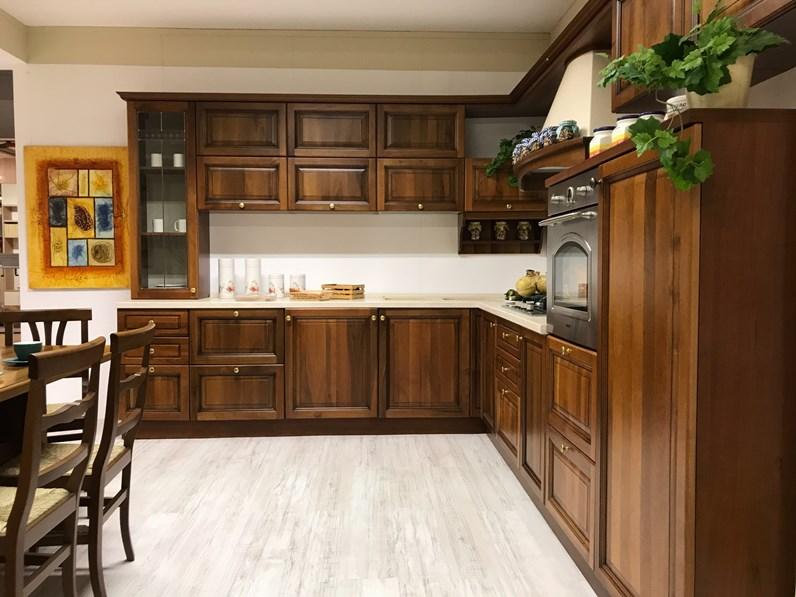Cucina noce classica ad angolo Aurora di Gm cucine in offerta