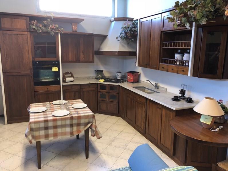 Cucina noce classica ad angolo ida artigianale in offerta outlet for Cucine classiche in offerta