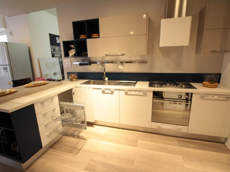 Cucina Noemi moderna bianca con penisola Lube cucine