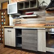 cucina industrial con porta scorrevole