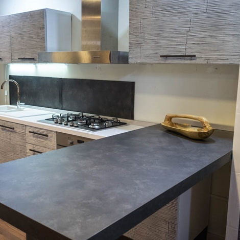 cucina-nuovi-mondi-cucine-cucina-moderna-lineare-con-anta-in-crash ...