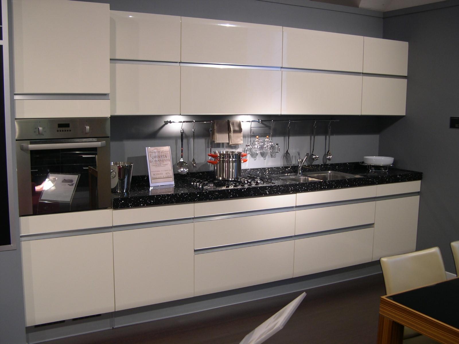 Cucine moderne bianche e nere idee creative di interni e - Cucine nere lucide ...