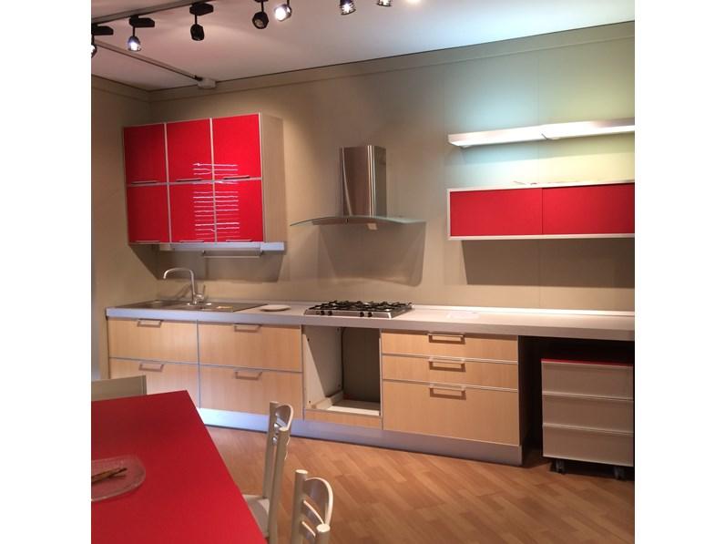 Cucina rossa e rovere chiaro moderna lineare LIPARI di Del tongo