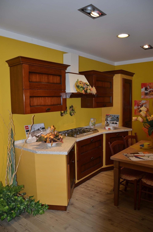 Cucina scavolini amelie classica legno noce cucine a - Cucina scavolini classica ...