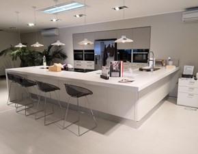 Cucina Scavolini design con penisola bianca in laccato opaco Sax cooking