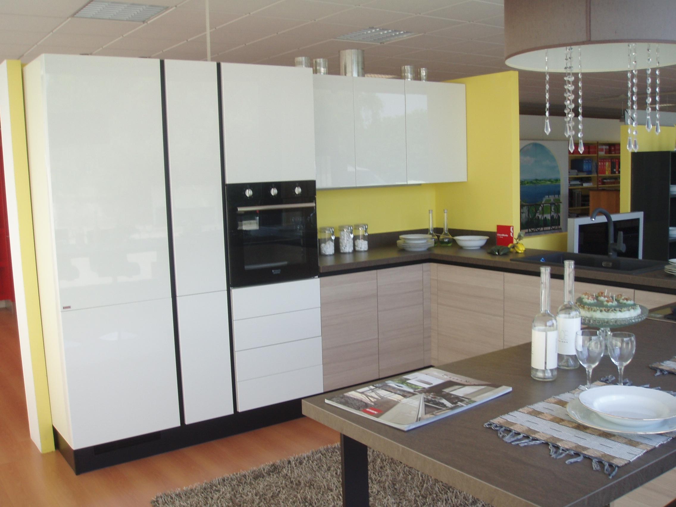 Cucina Moderna In Laccato Bianco Lucido Con Inserti In Grigio E Piano ...