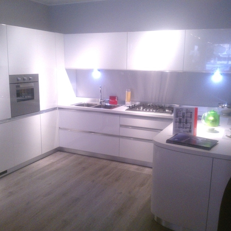 Cucina scavolini modello tess laccata lucida bianca - Maniglie cucina acciaio ...