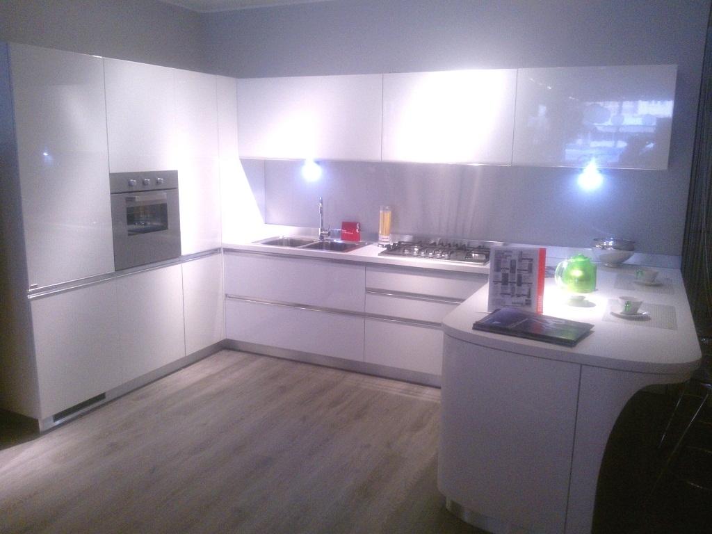cucina scavolini modello tess, laccata lucida bianca - cucine a ... - Cucine Bianche E Grigie Scavolini
