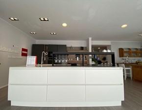 Cucina Scavolini moderna ad isola bianca in laccato opaco Liberamente
