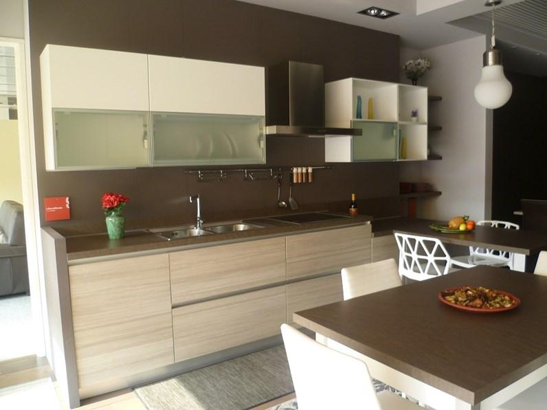 Cucina scavolini moderna con penisola bianca in laccato for Prezzi cucine con penisola
