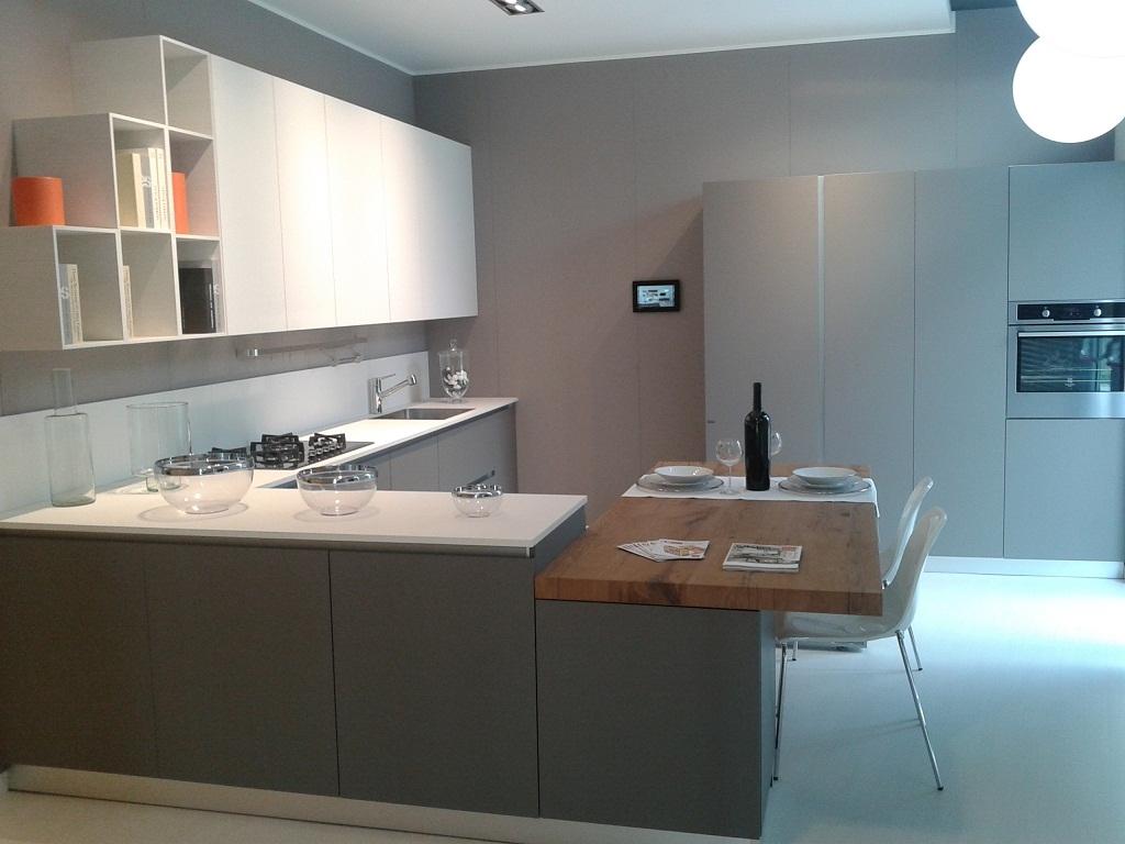 cucina scavolini nuova prezzo outlet esposta in negozioin fenix grigio scuro e bianca