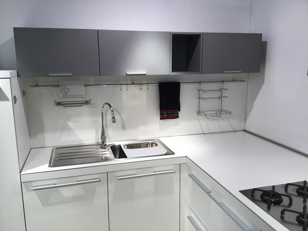 Cucina ad angolo snaidero scontata del 66 cucine a for Cucina moderna bianca e marrone