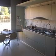bellissima cucina in laminato bianco lucido con i mobili in ...