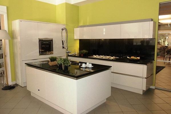 Cucina snaidero modello idea con isola laccata lucida for Cucine con piano cottura centrale