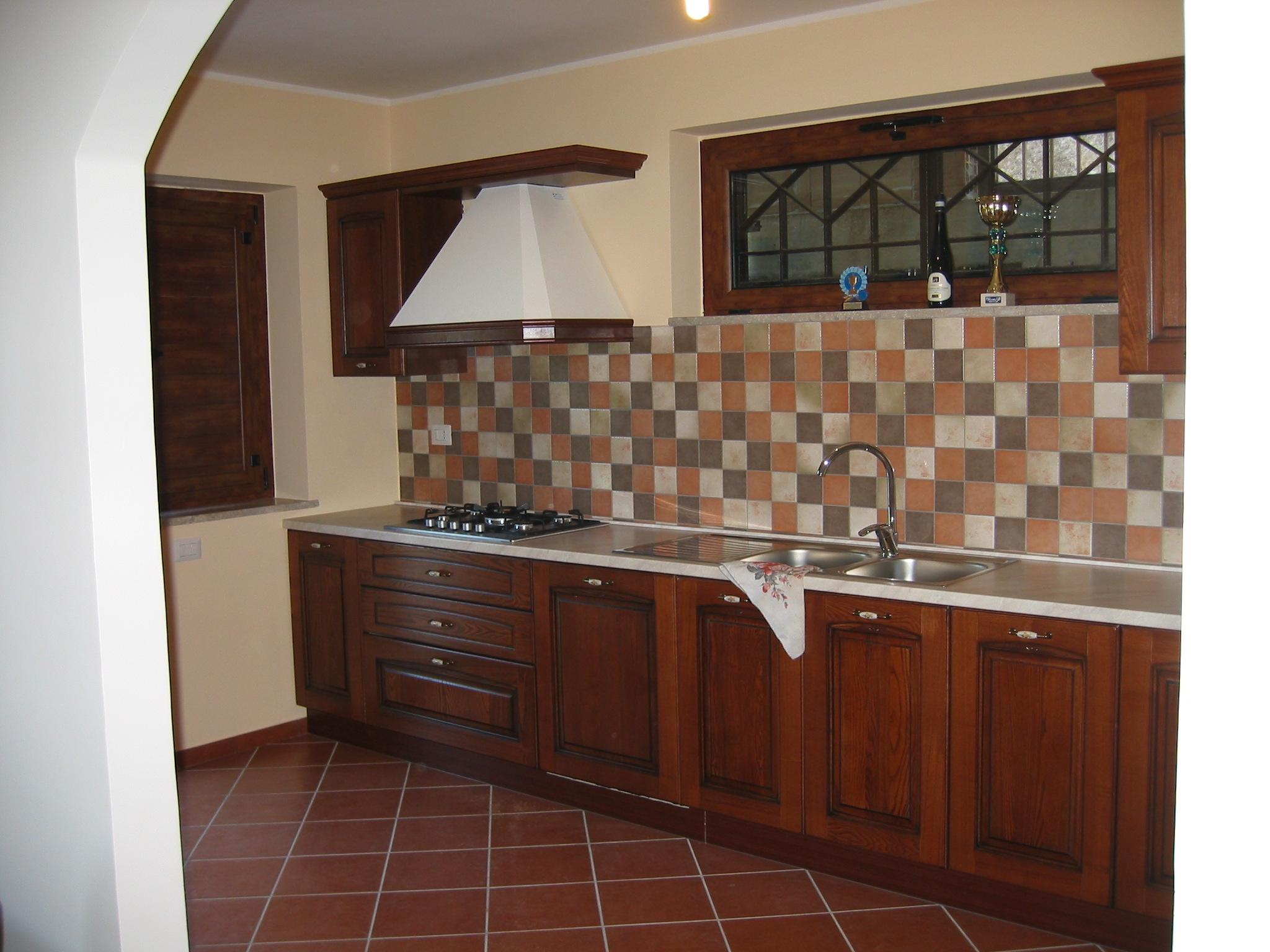 Cucina stile classico lineare in legno con - Cucina con elettrodomestici ...