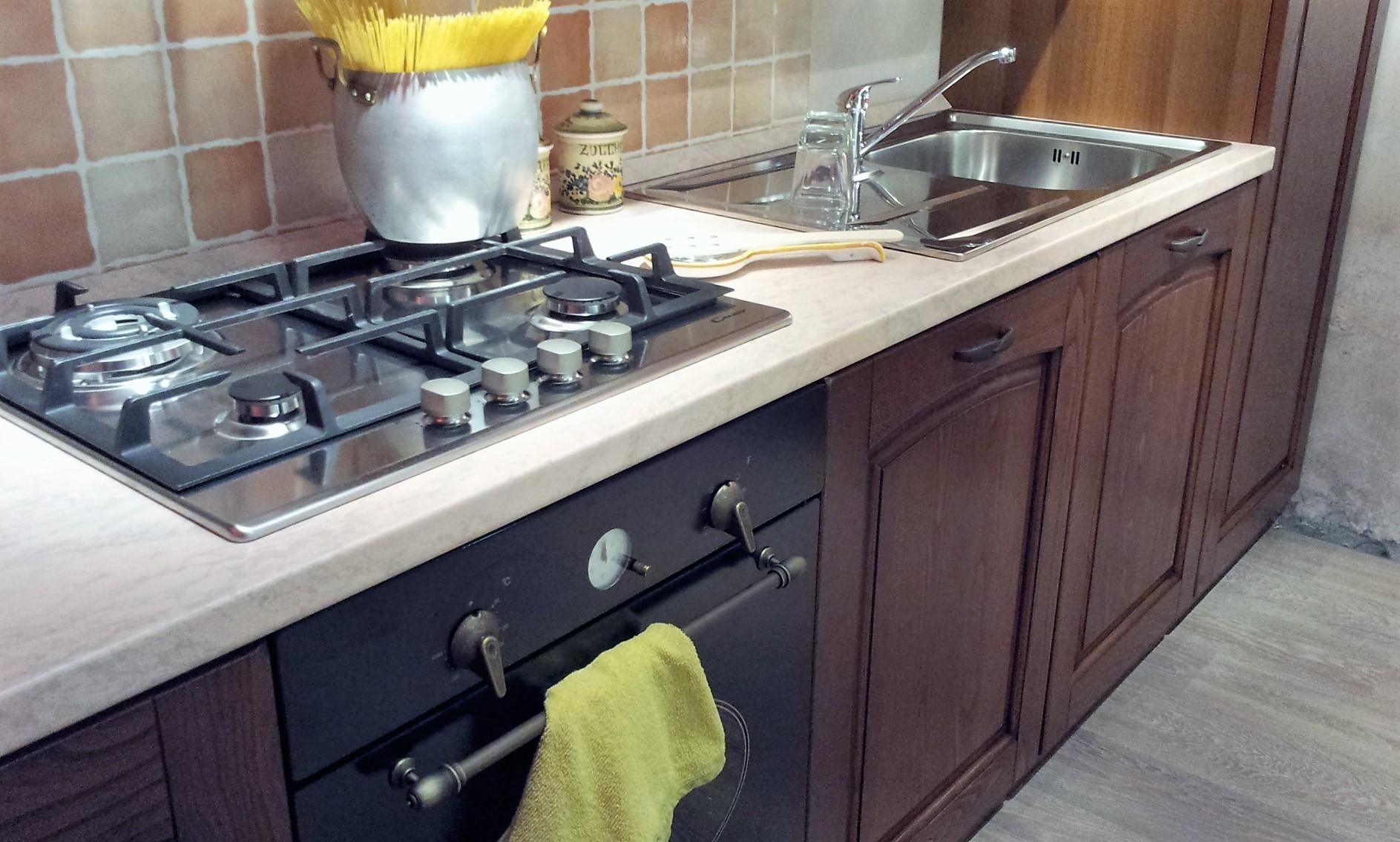 Cucina classica in noce stosa cucine focolare a prezzo for Outlet cucine abruzzo