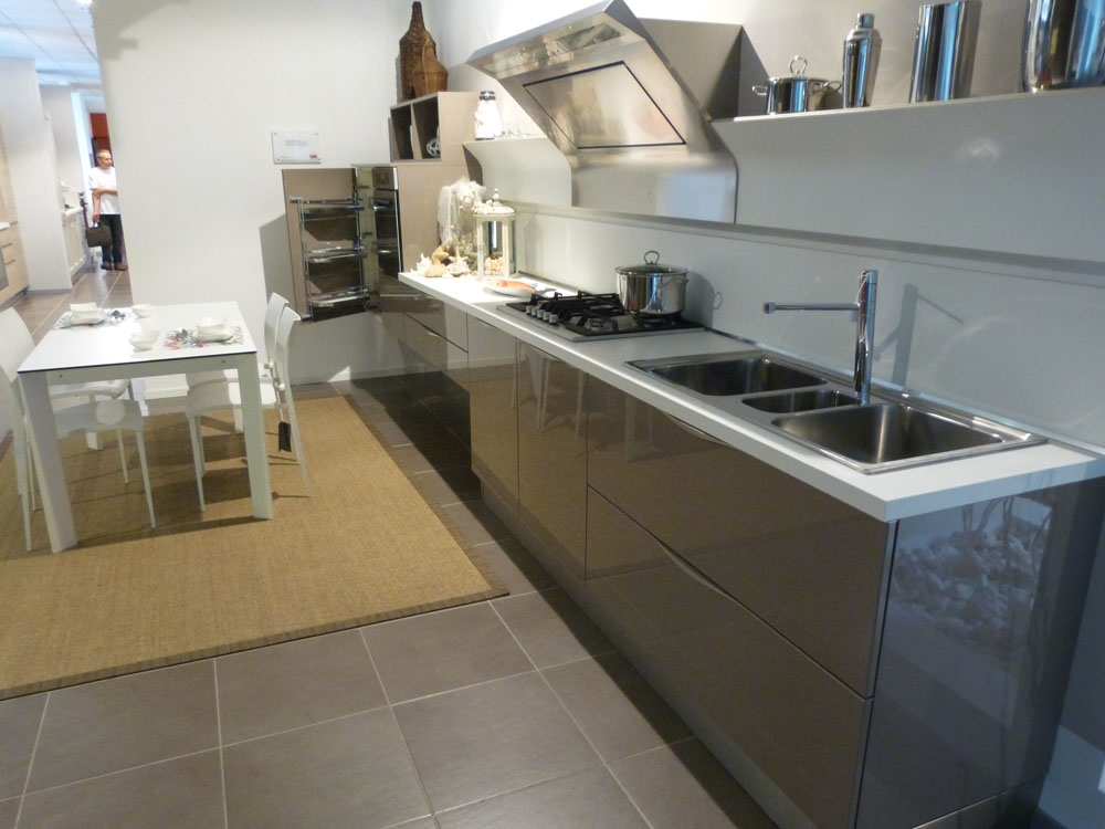 Veneta cucine extra in laccato lucido marrone visone - Veneta cucina prezzi ...